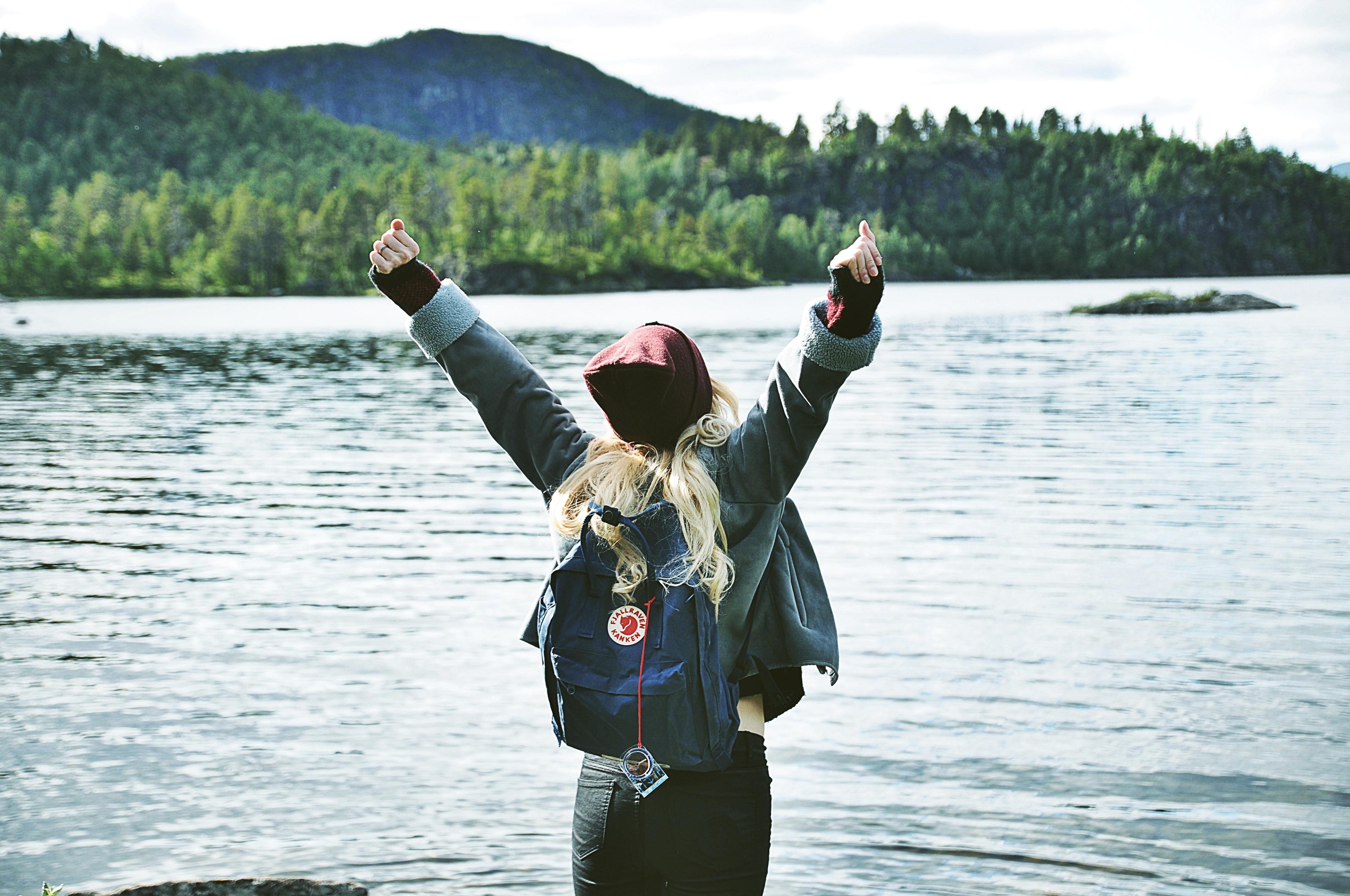woman at lake in Fjällräven_high resolution